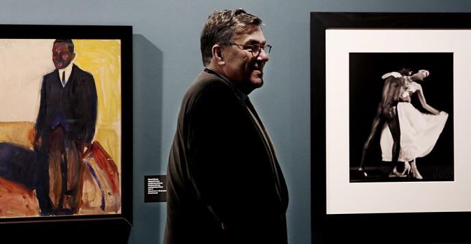 «MUNCH+MAPPLETHORPE»: Stein Erik Hagen mellom bilder to kunstnere han setter svært høyt. Foto: Jacques Hvistendahl