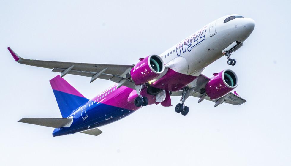 INNLEID: Et Wizz Air-fly tar av fra Oslo lufthavn. Foto: Ole Berg-Rusten / NTB