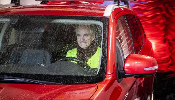 REN: Jonas Gahr Støre fikk vasket bilen på Shell Mortensrud denne uka. Han ønsker å innføre en godkjenningsordning for bilvask, for å hjelpe de seriøse aktørene i bransjen. Foto: Lars Eivind Bones / Dagbladet