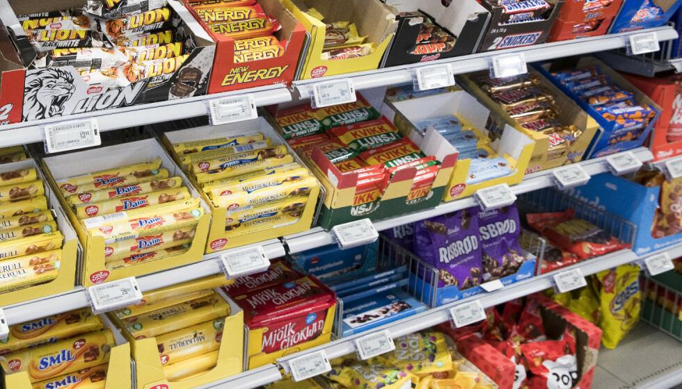 PRISKUTT: Kundene skal få merke avgiftskuttene på kvitteringa, garanterer de store norske butikkjedene. Foto: Terje Pedersen / NTB