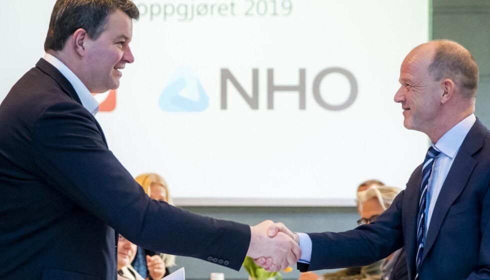VOKSER: LO-leder Hans-Christian Gabrielsen og NHO-direktør Ole Erik Almlid kan gratulere hverandre med solid medlemsvekst under coronakrisa. Her fra en annen anledning, nemlig starten av lønnsoppgjøret i fjor. Håkon Mosvold Larsen / NTB