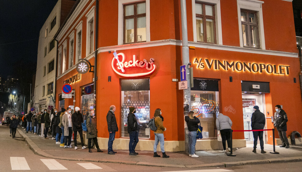 KØ: Lang kø utenfor Vinmonopolet på Grünerløkka en fredag ettermiddag tidligere i høst på grunn av begrensninger på hvor mange kunder som kan være i butikken samtidig. Foto: Håkon Mosvold Larsen / NTB