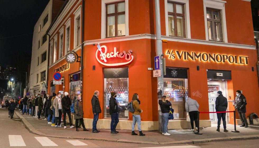 LANG KØ: Lang kø utenfor Vinmonopolet på Grünerløkka en fredag ettermiddag tidligere i høst på grunn av begrensninger på hvor mange kunder som kan være i butikken samtidig. Foto: Håkon Mosvold Larsen / NTB