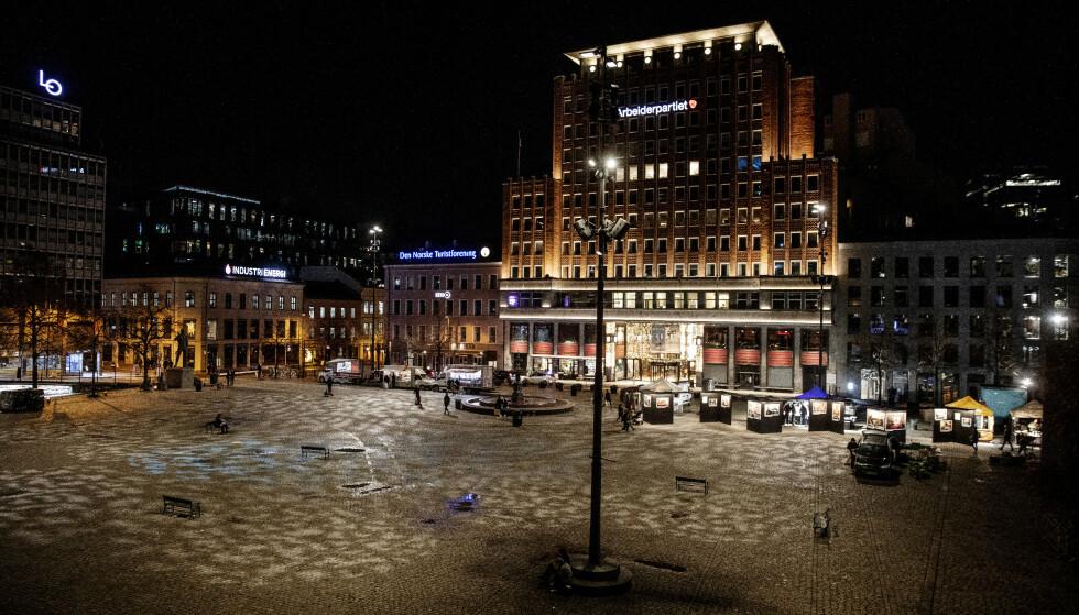 RAMMES HARDT: Det er stille i et førjuls-nedstengt Oslo. Youngstorget nesten tomt for folk. De som faller utenfor, faller dypt og varig, advarer NHO. Foto: Nina Hansen / DAGBLADET