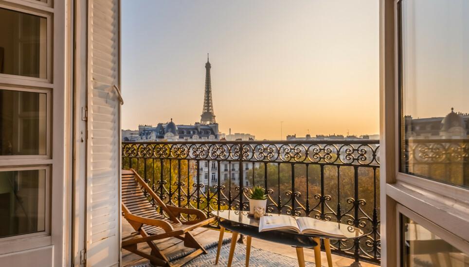 JE T'AIME: Drømmer du også om langhelg i Paris etter å ha sett en viss Netflix-serie? Da må du smøre deg med tålmodighet. På grunn av corona er reiser neppe blant gavene du finner under treet i år. Foto: Karen Mandau / Shutterstock / NTB