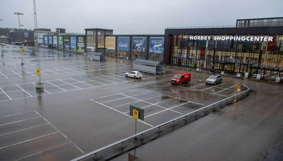 FOLKETOMT: Parkeringsplassene på Nordby Shoppingcenter har vært folketomme i flere måneder. Foto: Adam Ihse / TT NYHETSBYRN / NTB