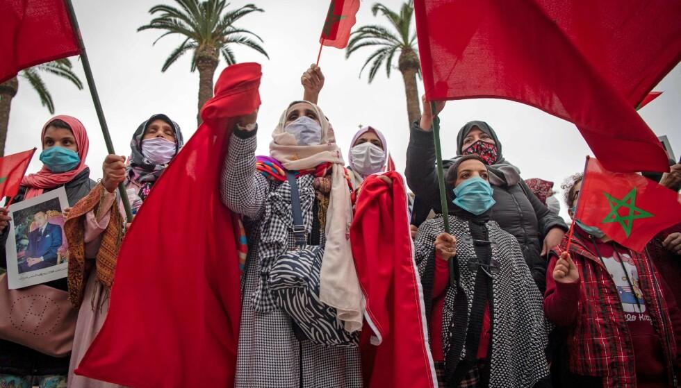 FEIRER: Marokkanere feirer USAs anerkjennelse av Vest-Sahara som en del av marokkansk territorium, foran parlamentsbygningen i Rabat den 13. desember. Foto: NTB Scanpix/Fadel Senna/AFP