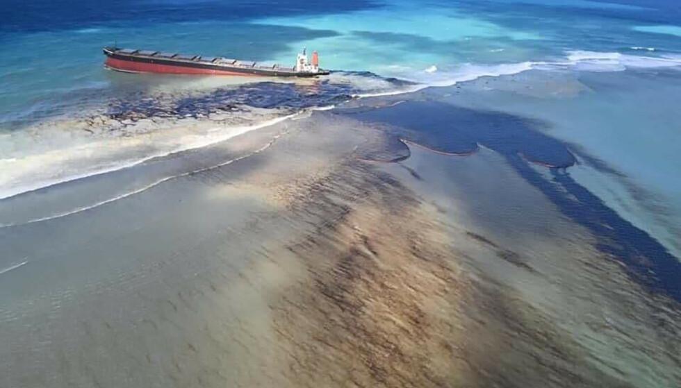 OLJESØL: Skipet som grunnstøtte utenfor Mauritius i juli førte til et omfattende oljesøl. Foto: Georges de La Tremoille / MU / AP / NTB