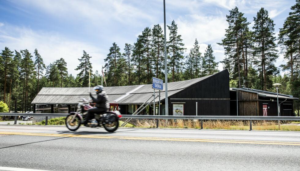 I GRENSELAND: Midt på grensa mellom Norge og Sverige på riksvei 2 ved Morokulien ligger Grensetjänstens kontorer. Nå blir de nedringt av fortvilte nordmenn og svensker. Bildet er tatt da grenseovergangen ble åpnet for normal trafikk i sommer. Foto: Christian Roth Christensen / Dagbladet