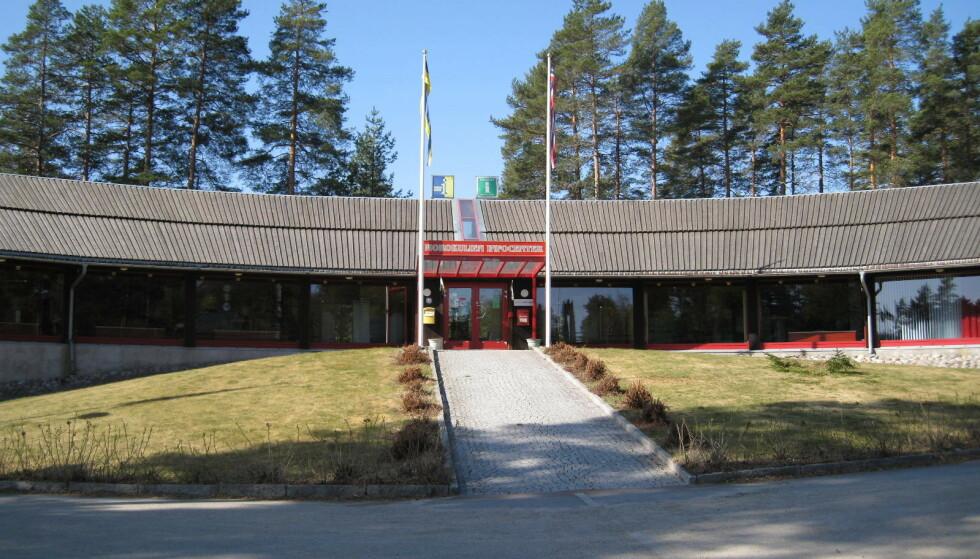 DELT I TO: Grensetjänstens kontorer er delt på midten av grensa mellom Norge og Sverige. Foto: Grensetjänsten