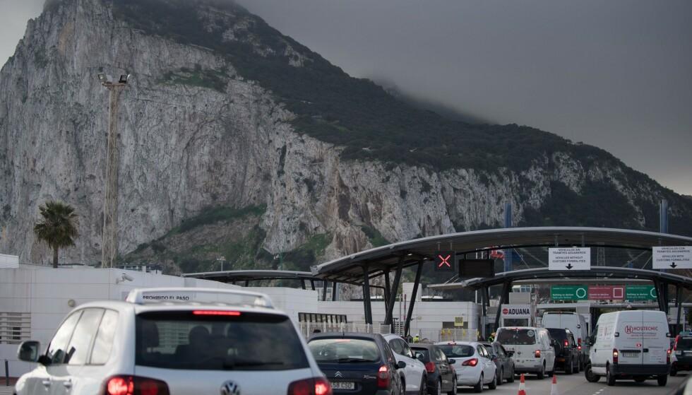 GRENSEKØ: Da det ble oppdaget en ny og svært smittsom variant av coronaviruset i Storbritannia varslet Spania at de ville innføre strengere grensekontroller her ved grensa til Gibraltar. Foto: JORGE GUERRERO / AFP / NTB