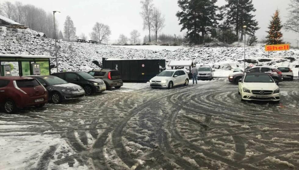 LADEKØ: Ved bollelandet Espa i Stange kommune var det kø av elbilister som trengte å lade både i dag og i går. Foto: Morten Støen