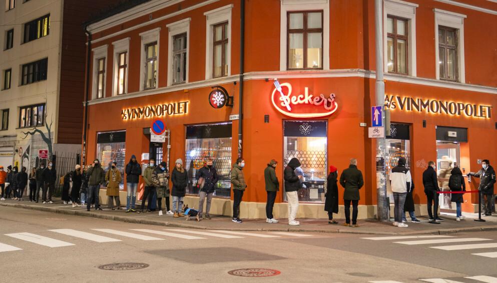 ENORM SALGSVEKST: Køen til Vinmonopolet på Grünerløkka i Oslo strakk seg langt like før stengetid en fredag ettermiddag i slutten av november. Foto: Håkon Mosvold Larsen / NTB