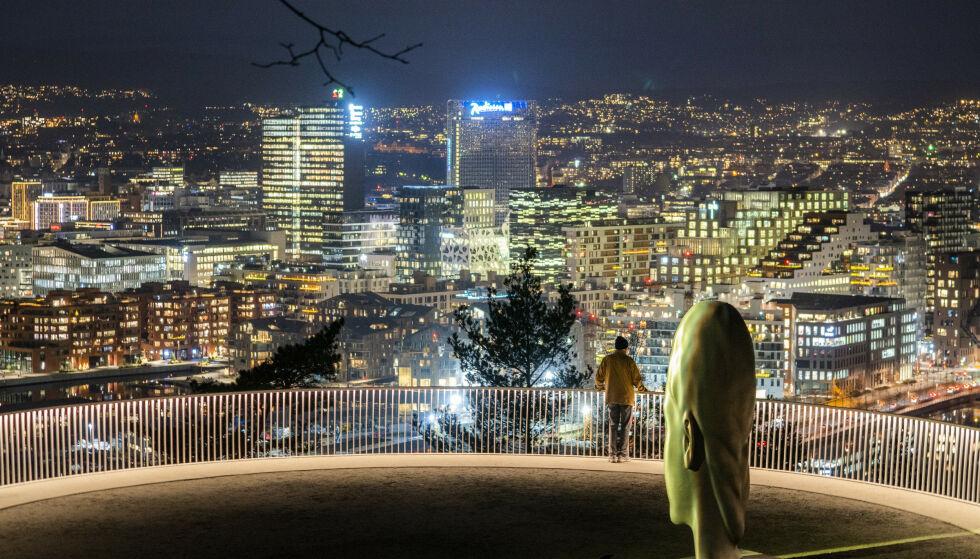 Oslo 20201124.  En mann nyter utsikten fra utsiktspunktet ved Ekebergrestauranten i Oslo. Foto: Håkon Mosvold Larsen / NTB