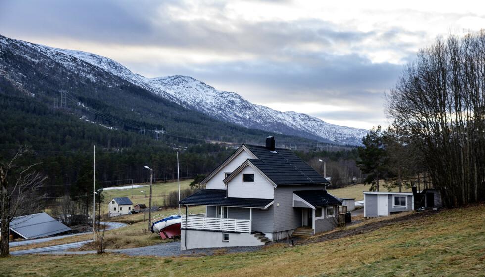 NATURSKJØNT: I over et år har boligen på Nord-Møre stått forlatt etter at håndverkeren og familien reiste. Foto: Nina Hansen