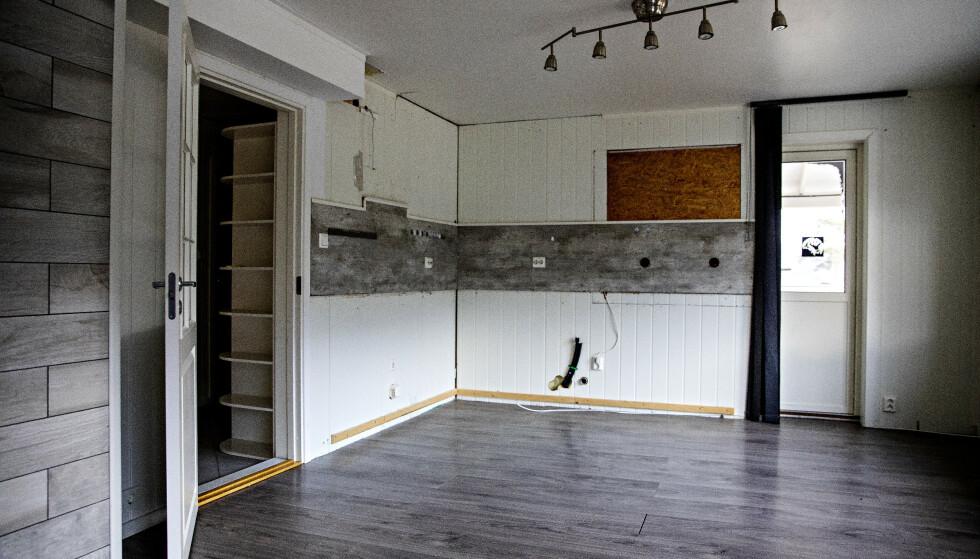 BORTE: Her var kjøkkenet i boligen. Noen tømte boligen helt etter at familien var flyttet til Romania. Foto: Nina Hansen