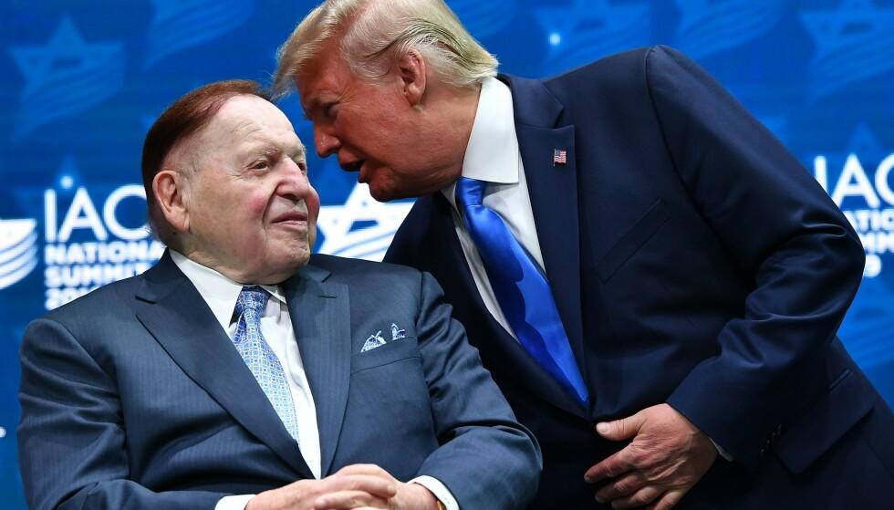 DØD: Sheldon Adelson er død, 87 år gammel. Her er han og president Donald Trump avbildet sammen i 2019. Foto: MANDEL NGAN / AFP / NTB