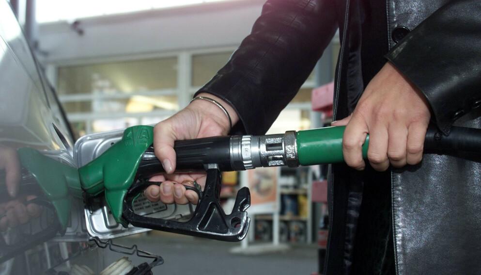 BENSIN: Frp frykter at regjeringens klimaplan skal presse opp prisen på bensin. Foto: Lise Serud / NTB