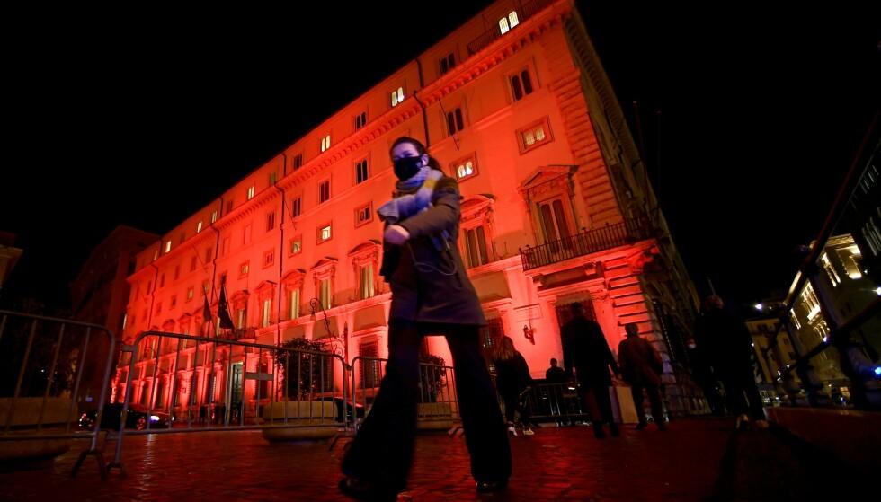 FRYKTER KOLLAPS: Italias regjering fikk til slutt på plass en plan for bruken av coronamilliardene landet får i støtte fra EU, men krangelen som var i forkant var så heftig at det nå er frykt for at koalisjonen ryker. Bildet viser regjeringsbygget Palazzo Chigi i Roma. Foto: Filippo Monteforte / AFP / NTB