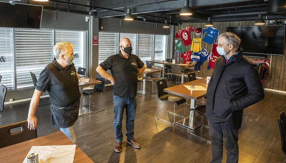 MOTBAKKE: Ap-leder Jonas Gahr Støre tas imot av Roy og Monica Schjetne. Munter sports- og gastrobar er en av mange serveringsstedene som er hardt rammet av coronapandemien. Foto: Hans Arne Vedlog / Dagbladet