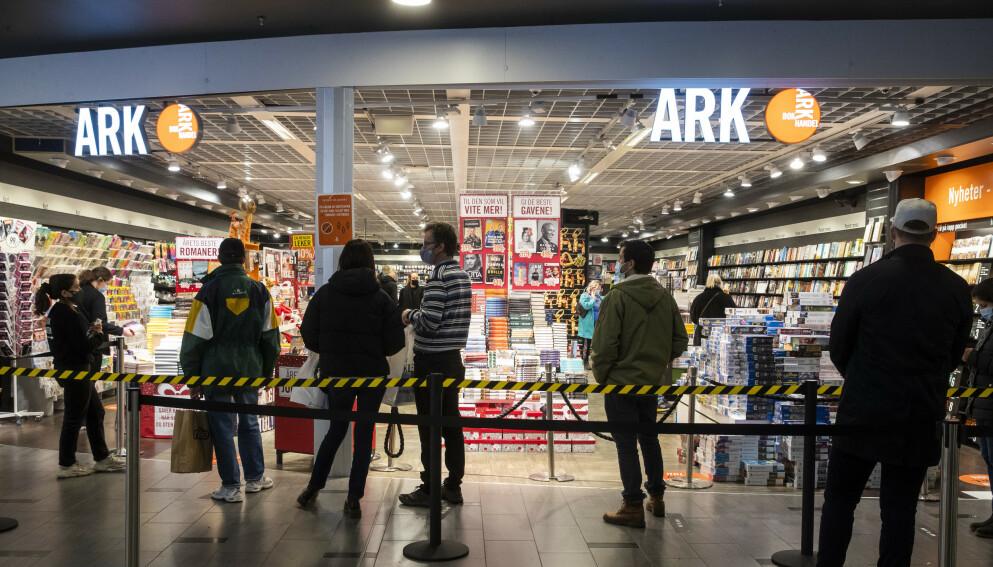 SMEKK PÅ PUNGEN: FHI-overlege reagerer kraftig på Ark Bokhandels omtale av munnbind-produkt. Avbildet er et av selskapets utsalgssteder - her fra Storo Storsenter i Oslo. Foto: Terje Pedersen / NTB