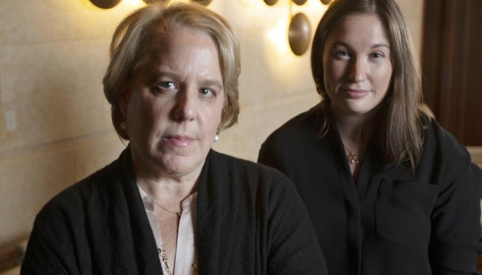 ADVOKAT: Roberta Kaplan, foran, er advokaten som holder i flere søksmål mot Donald Trump. Her med Amy Spitalnick i forbindelse med en annen sak. Foto: AP Photo/D. Ross Cameron