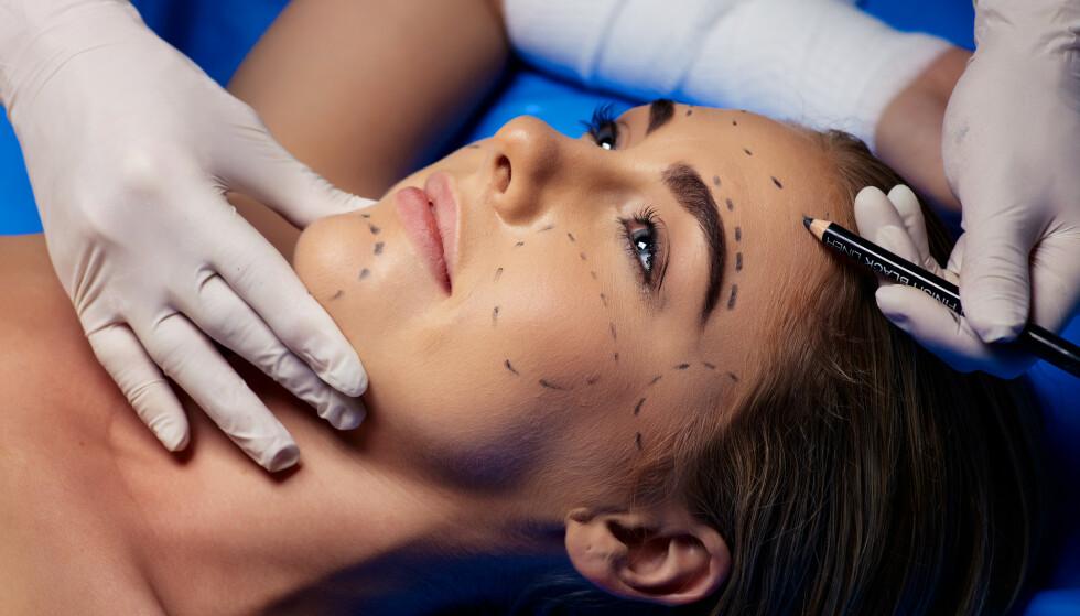 KREVER ALDERSGRENSE: Regjeringen vil ha strengere regler for kosmetiske inngrep. Illustrasjonsfoto: Shutterstock / NTB