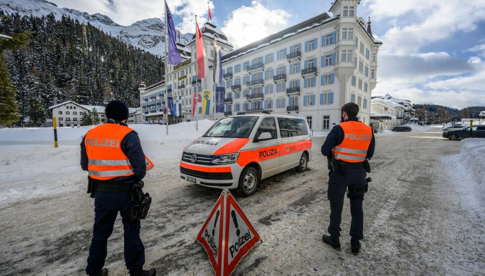 AVSPERRET OG BEVOKTET: Siden mandag har Grand Hotel Kempinski i St. Moritz vært corona-isolat for ansatte og gjester. Foto: Giancarlo Cattaneo, Keystone/AP/NTB