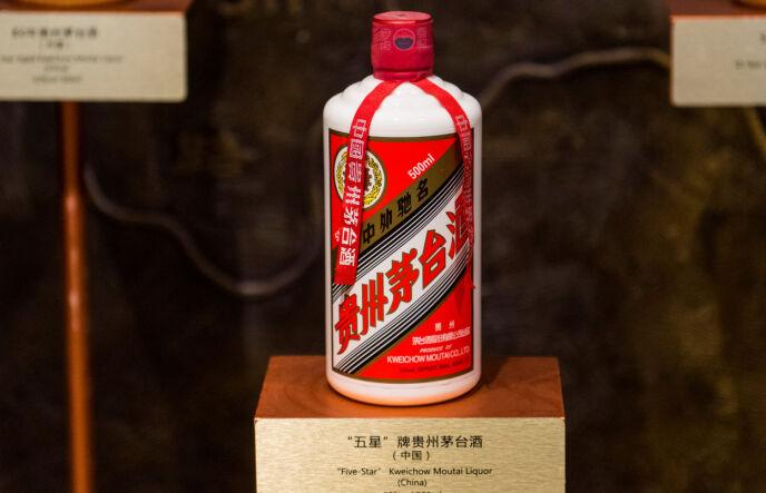 LUKSUS: Slike flasker med kinesisk luksussprit selges til en voldsom pris. Foto: China stringer network / Reuters