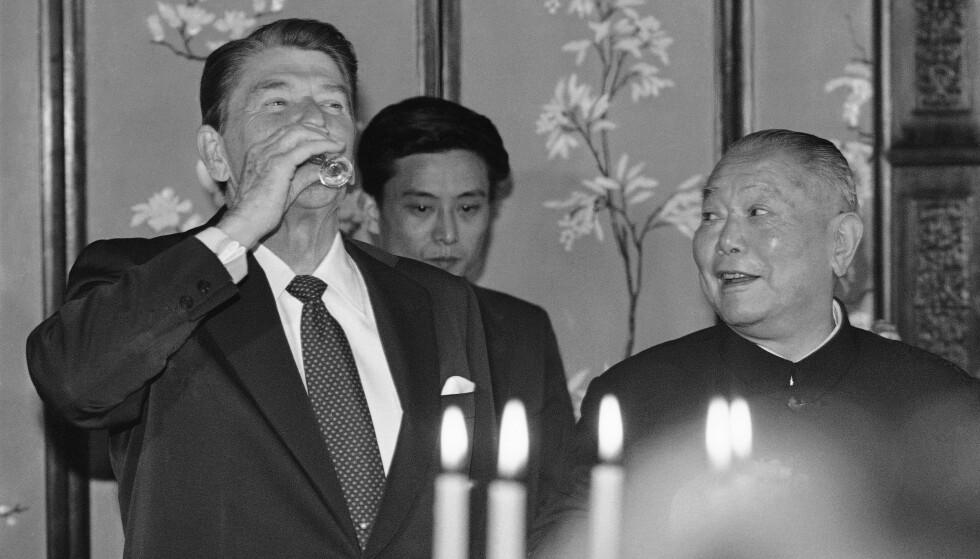 BÅNSKI: USAs president Ronald Reagan drikker Moutai baijiu under ei tilstelning i Beijing i 1984. Kinas president Li Xiannian til høyre. Foto: Scott Stewart / AP Photo