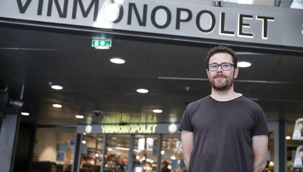 STENGT ELLER ÅPENT? Kommunikasjonssjef i Vinmonopolet, Jens Nordahl, kan ikke gi noe svar før lørdag morgen. Her foran utsalget på Oslo S. Foto: Trond Reidar Teigen / NTB.