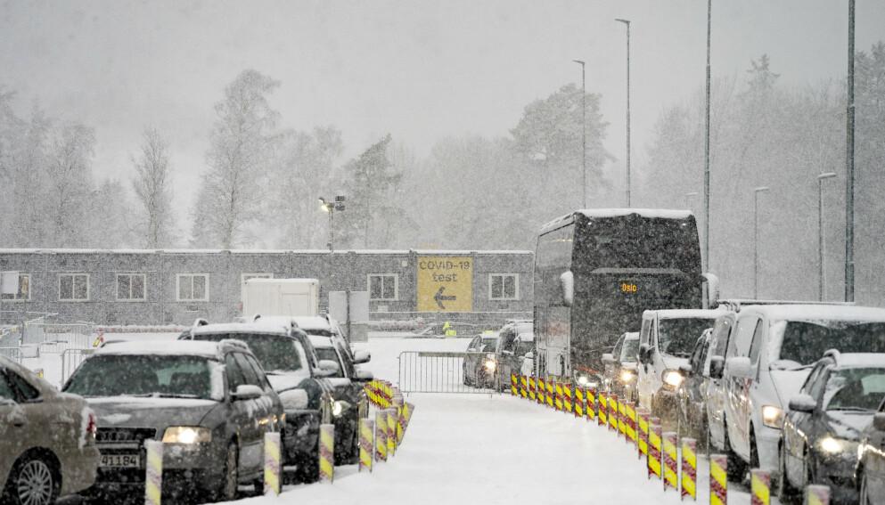 UVISSHET: Petter Edquist pendler daglig mellom Halden og Strømstad. Nå etterlyser han klarere informasjon om hvilke regler som gjelder for grensependlerne. Foto: Torstein Bøe / NTB