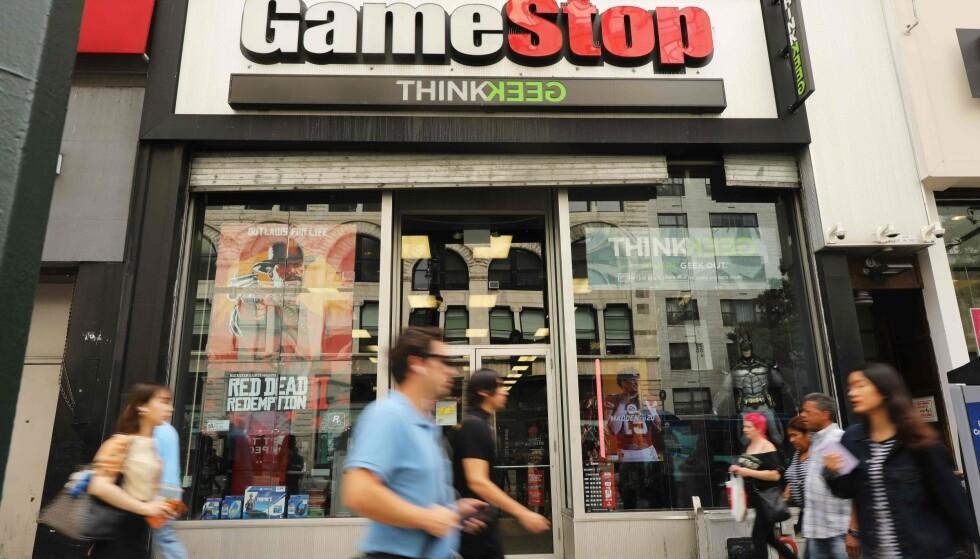 POPULÆR: Aksjer i videospillkjeden GameStop har gått rett til himmels etter at investorer begynte å snakke opp aksjen på Reddit. Foto: SPENCER PLATT / GETTY IMAGES NORTH AMERICA / AFP
