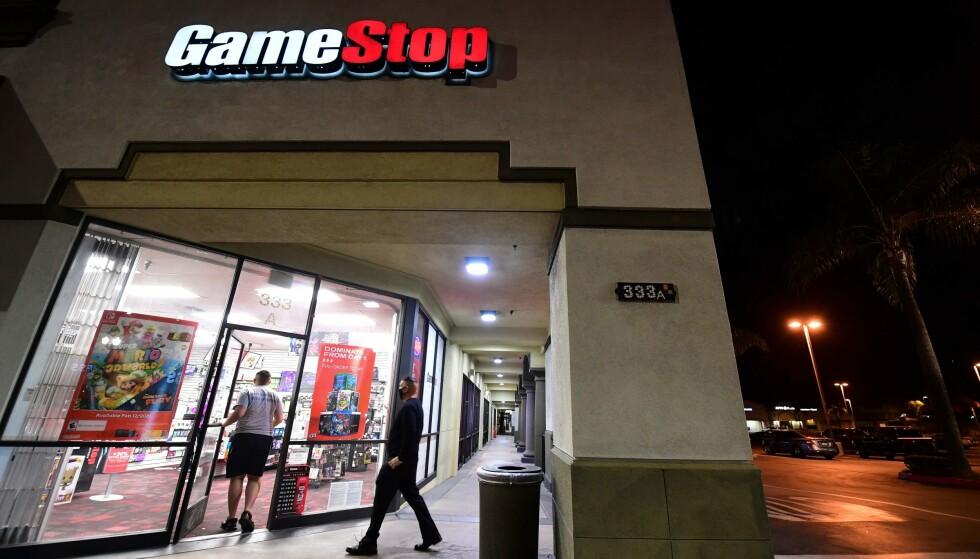 GAMESTOP: Da Gamestop-aksjen skjøt i været måtte hedgefondene kvitte seg med sine short-posisjoner, for å begrense tapet. Foto: Frederic J. Brown / AFP / NTB