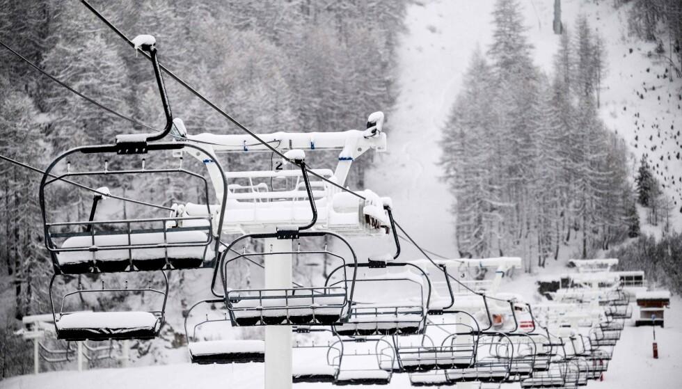 UTE AV DRIFT: Skiheisene i Val d'Isere er ute av drift og snør ned. Foto: Jeff Pachoud / AFP / NTB