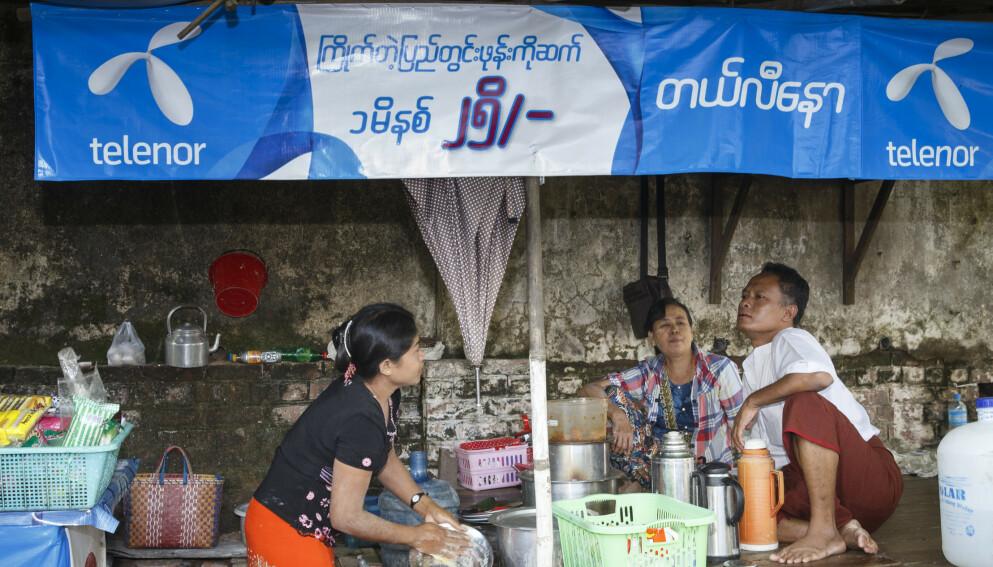 TEPPELAGT: Telenor teppela gatene i Myanmar-storbyen Yangon med blå bannere, parasoller og skilt med synlig Telenor-logo da selskapet inntok landet for alvor i 2014. Foto: Heiko Junge / NTB