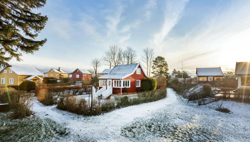 INNE PÅ ØYA: Nakholmen-hytta kan ikke skilte med øyas beste beliggenhet, men sikret likevel en kjøper på kort tid. Foto: Hanne Bruland