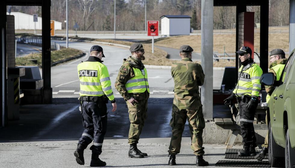 STENGT: Politi og Hemevernet passer på grensa mellom Norge og Sverige ved Svinesund. Foto: Vidar Ruud, NTB