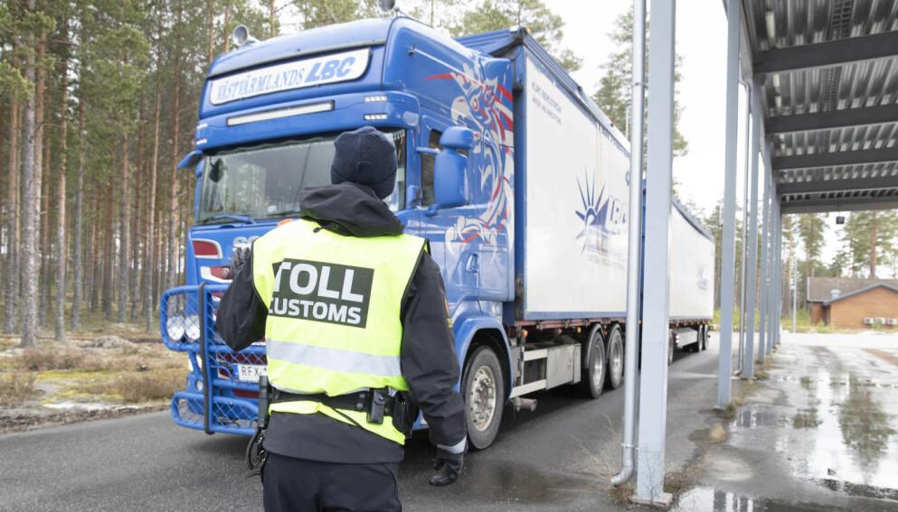 VIL HARRYHANDLE: Kommunen mistenker at flere nordmenn trosser coronastengte grenser ved å haike med lastebilsjåfører på grensestasjonen i Ørje. Her fra Magnor grensestasjon. Foto: Terje Pedersen / NTB