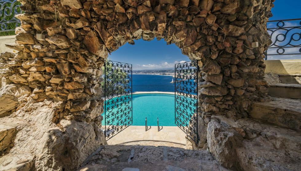 L Billig salg »: Vakker svømmebasseng med utsikt over den fine bukten. Foto: Knight Frank