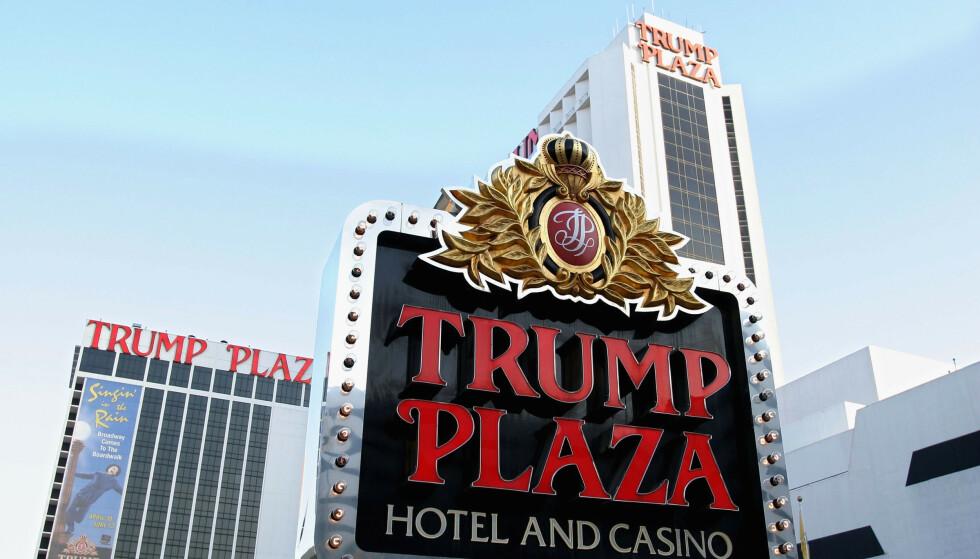 2004: Fortsatt full fart på Trump Plaza and Casino i gamblingbyen Atlantic City. Siden har det gått bratt nedover, og i dag skal sprengstoff jevne restene med asfalten. Foto: Craig Allen / AFP / NTB