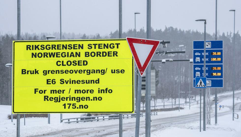 UTEN INNTEKT: Grensene til Norges naboer i øst er stengt. Det fører til at mange grensependlere står uten inntekt, siden de nå ikke kommer seg på jobb. Her fra grensa ved Svinesund torsdag. Foto: Hans Arne Vedlog / Dagbladet