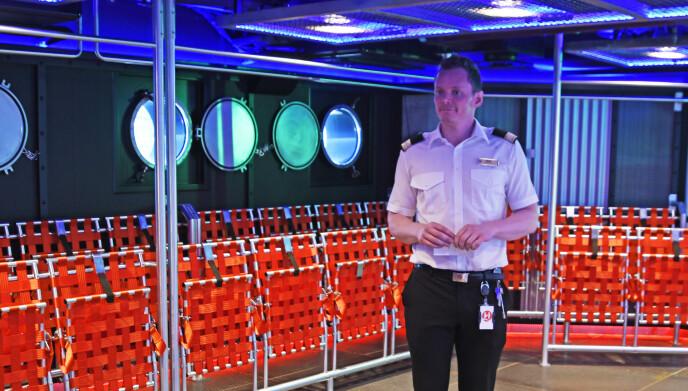 SJEF: Resepsjonssjef Kristian Sæterhaug om bord på «Roald Amundsen». Foto: Rune Stoltz Bertinussen / NTB