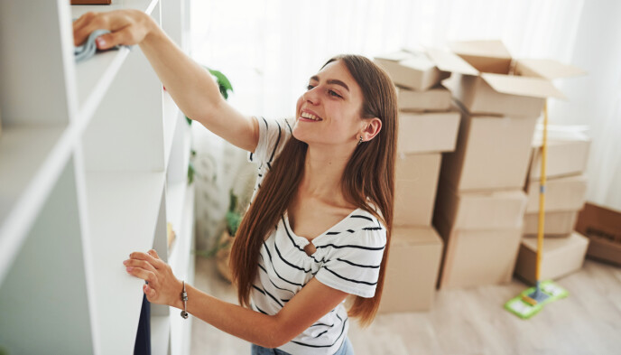 PAKKING OG UTVASK: Å flytte fører med seg mange oppgaver - og det er mye som kan gå galt dersom man skal gjøre alt selv. Via Boligbytte dekkes uhell av en kostnadsfri forsikring. Foto: NTB