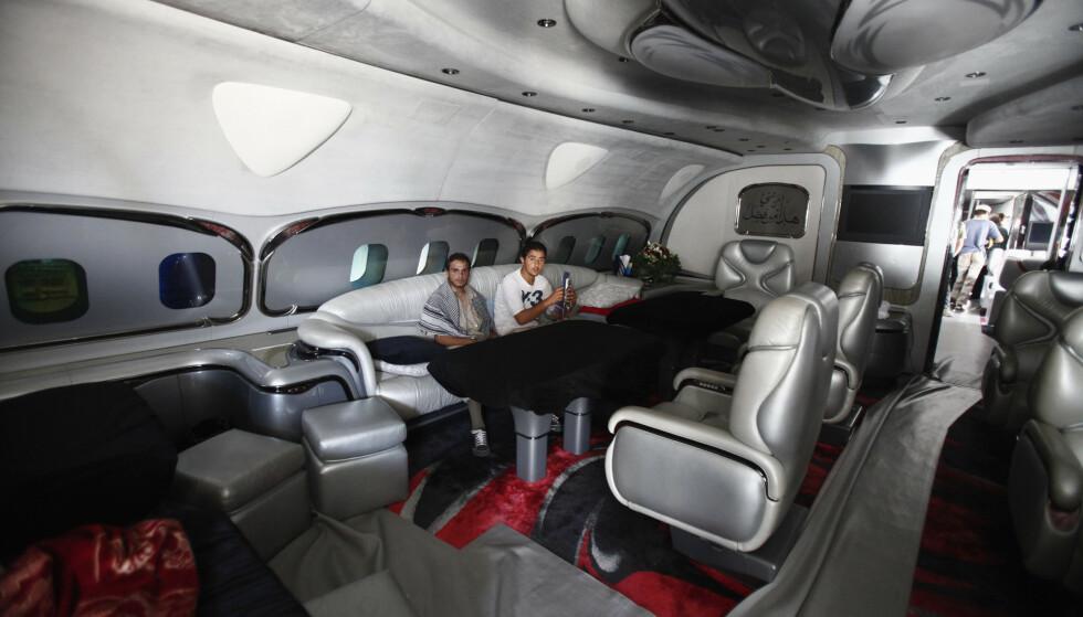 PÅ INNSIDEN: Opprørere viser fram innsiden av Gadaffis fly. Foto Zohra Bensemra / Reuters