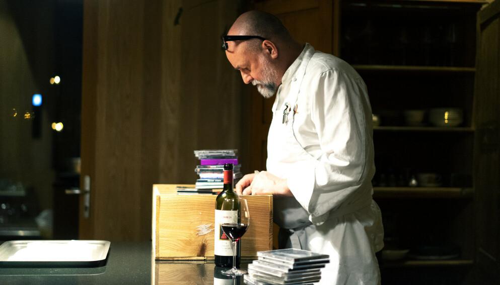 MÅ PERMITTERE IGJEN: Eirik Sevaldsen, daglig leder i Lofthus samvirkelag, må konstatere at coronapandemien igjen stikker kjepper i hjulene for restaurantene. Foto: Victor Nicolai