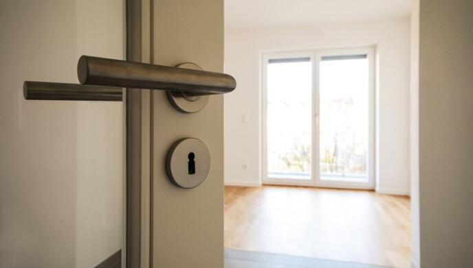 TRIKS: En kjøpsmegler kan hjelpe deg å kikke etter de viktige detaljene ved en bolig. Foto: NTB