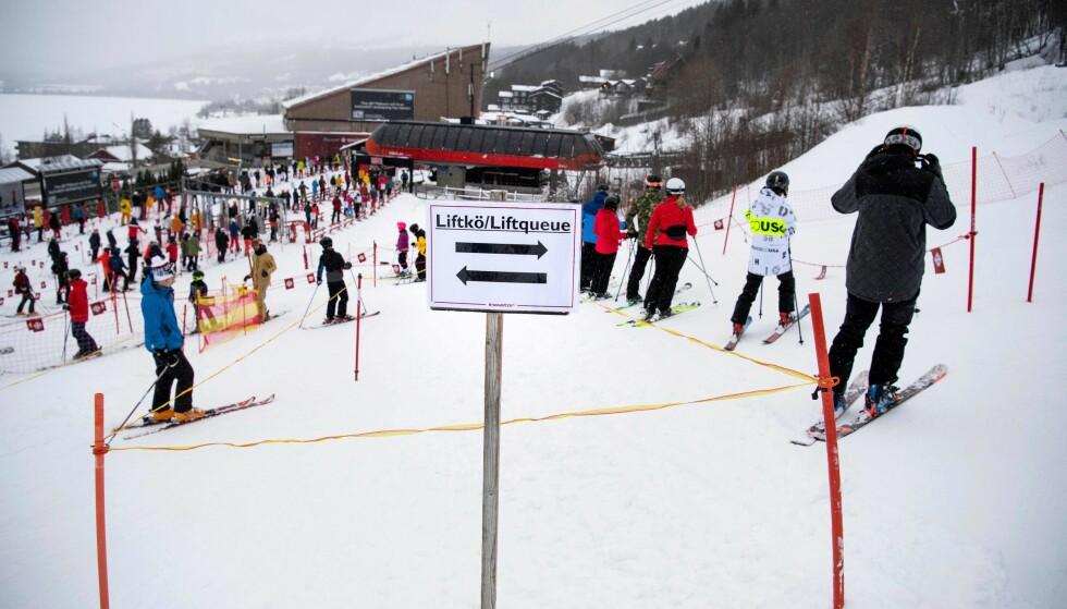 KØ: Det er vinterferie i deler av Sverige. Det fører til folk i skibakkene. Dette bildet er fra romjula. Foto: Pontus Lundahl / TT / NTB
