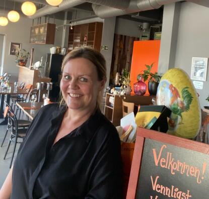 - FORNUFTIG: Daglig leder ved Restaurant Caspar i Sandvika, Monica Bølgen, synes kommunens nye grep er fornuftig. Foto: Privat