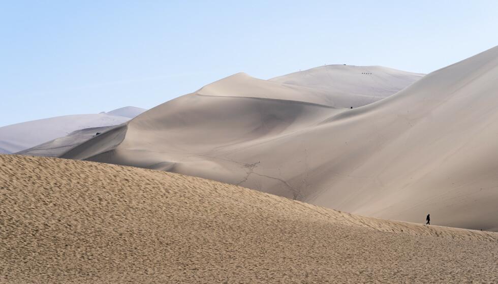 SAND: Dette er sanddynene utenfor ørkenkilden Yueya i Dunhuang i Kina. Kina er storforbruker av sand, men i framtiden kan sandressursene blir presset. Foto: Heiko Junge / NTB